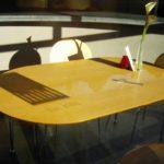 Почему нельзя сидеть на столе примета
