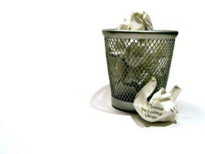 Выбрасывать мусор примета