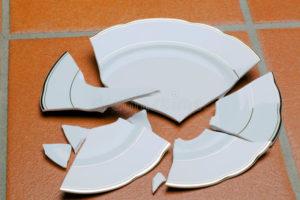 К чему бьется посуда
